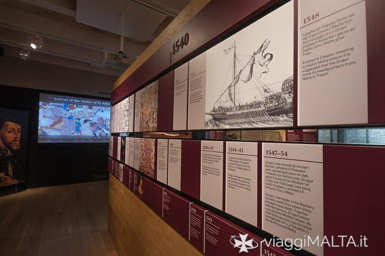 pannelli esplicativi della storia di Malta all'interno del Museo Nazionale della Guerra a Valletta