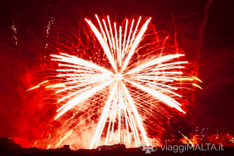 croce maltese composta con fuochi d'artificio a Mqabba 2017