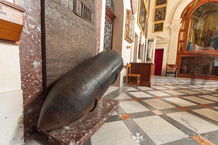 bomba della seconda guerra mondiale nella chiesa di Mosta Rotunda