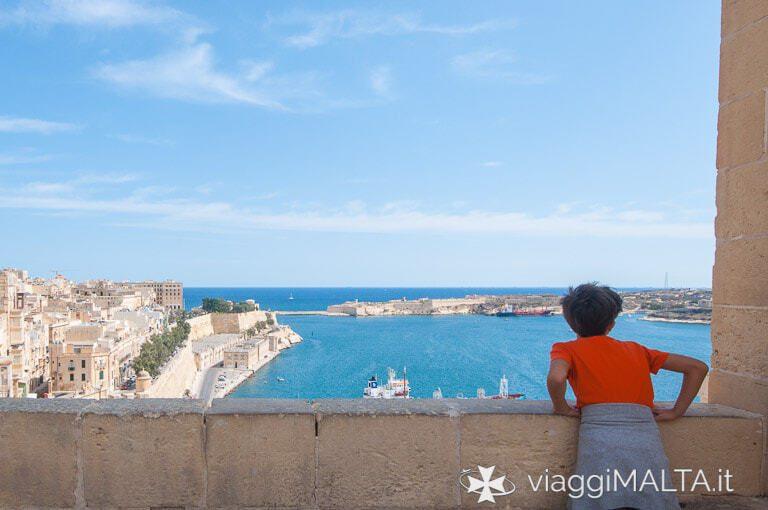 bambino che guarda il panorama di Valletta dagli Upper Barakka Gardens
