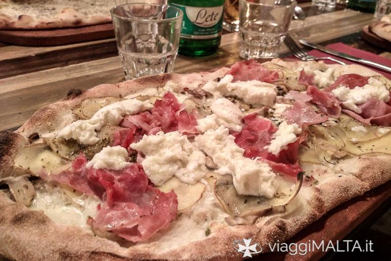 pizza con bufala e prosciutto
