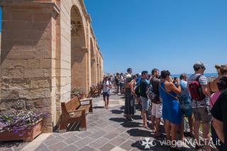 folla in attesa per la cannonata della Saluting Battery a Valletta