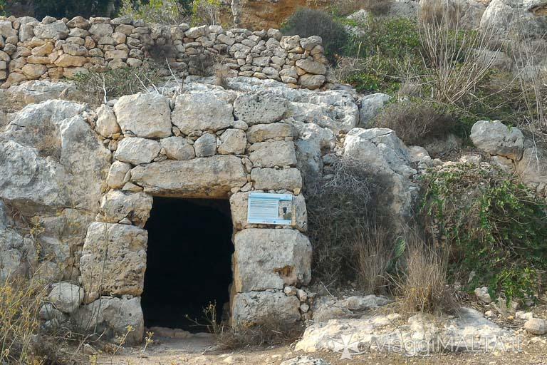 ingresso della grotta della galea sulla strada romana a xemxija