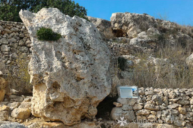 menhir sulla strada romana a Xemxija